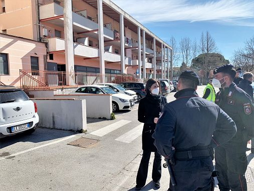 La sindaca Brogi parla con due carabinieri che sorvegliano lo stabile